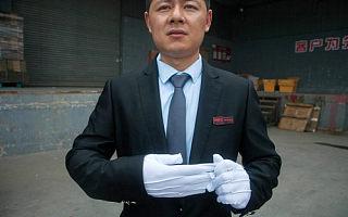奢侈品巨头进军中国网购 快递员穿西装开车送货
