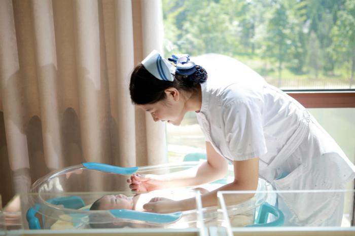 护士系列����_专业护士进行新生儿照护