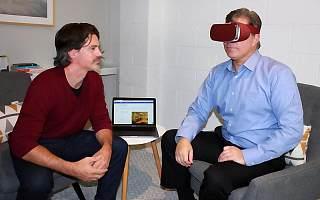 """害怕在公共场合演讲的朋友有救了,VR""""暴露治疗法""""一招帮你克服恐惧"""