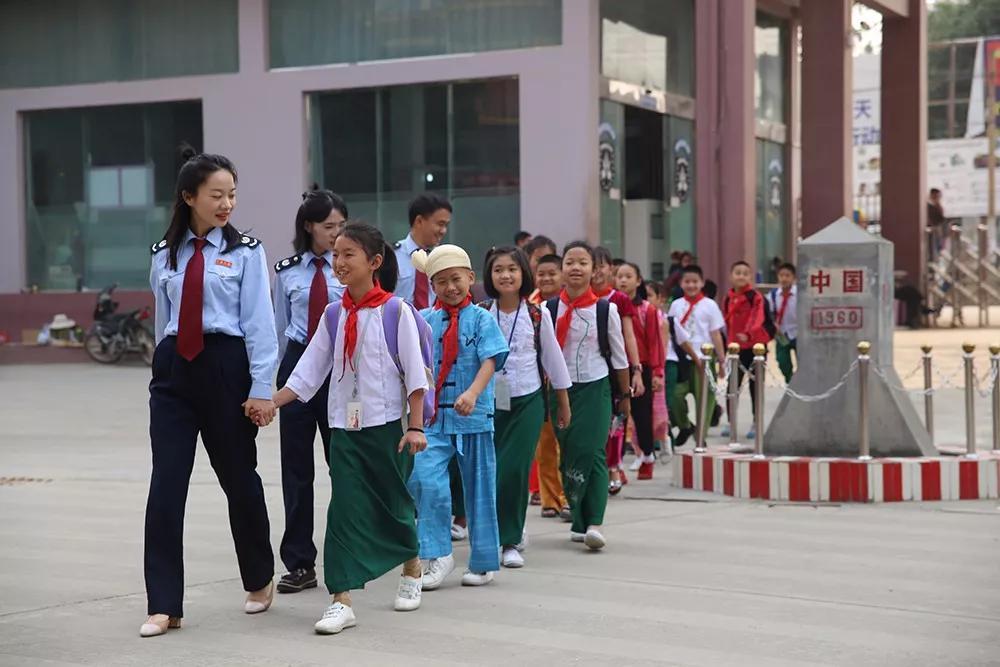 今天是六一国际儿童节, 一大早从门外进来了一群穿着蓝色制服的大哥哥