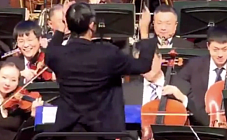 马云乐队指挥首秀 观众配合度满分