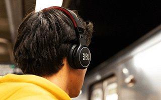"JBL 的这款耳机可以通过太阳能实现 ""无限播放"""