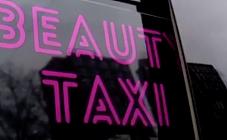 俄罗斯推出美容出租车 可帮乘客在移动中完成化妆