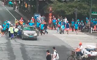11秒救人!女子被压车底,冲出一群饿了么蓝骑士