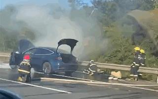 国内一特斯拉Model 3高速上起火 官方:底盘剐蹭引起