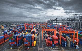 外贸人渡劫:集装箱难订,全球海运价格暴涨4倍